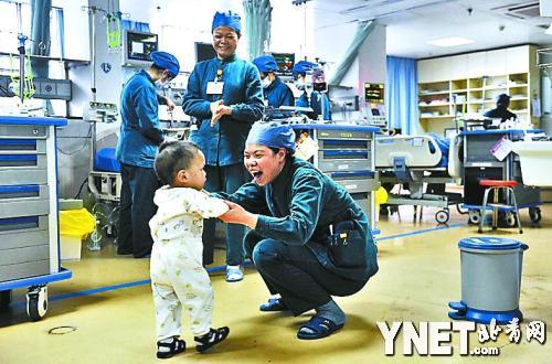 ■3月6日,小羽翔情绪不太好,护士们用夸张的表情逗他