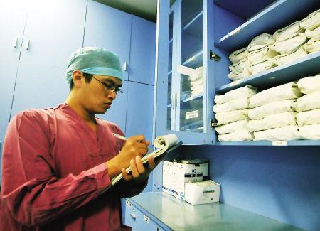 赵力正在清点当天病房里紧急用品的数量,以保证能快速调用