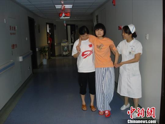 """昔日""""汶川抗震英雄少女""""成浙江一医院准护士"""